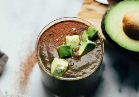 SHokoladnyj smuzi na kokosovom moloke s avokado i listyami mangolda