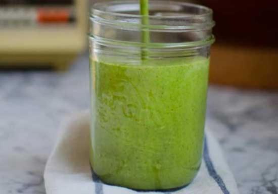 Зелёный смузи из брокколи шпината банана и кокосового молока