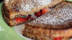 Сэндвич с клубникой и сливочным сыром маскарпоне