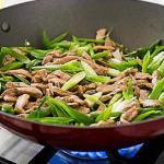 Жареная свинина стир-фрай с зеленым луком и чесноком