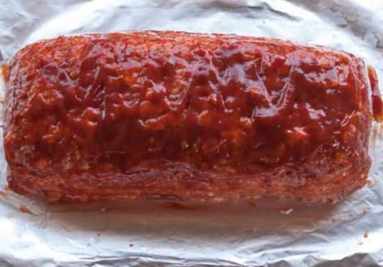 Smazhte myasnuyu buhanku ketchupom