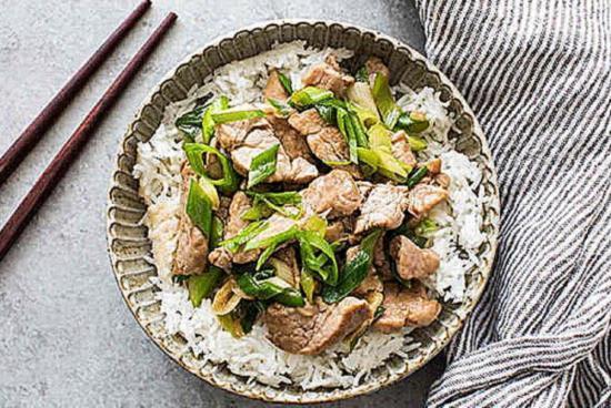 Stir-fraj zharennaya svinina s zelenym lukom i chesnokom