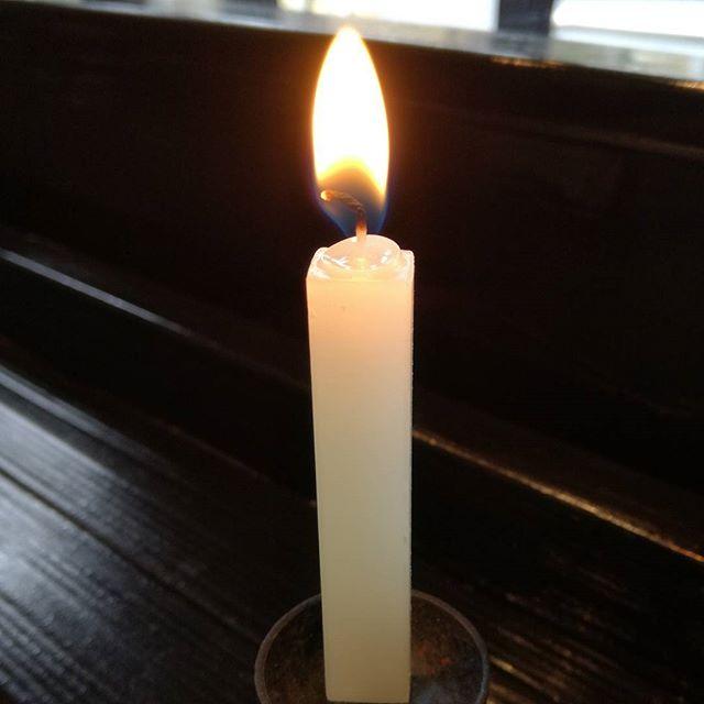 阪神淡路大震災から23年経ちましたね。私事ですが、父方の先祖が兵庫県出身で今もおおもとのお墓は兵庫県にあります。遠く離れた御岳で、追悼のあかりを灯しました。営業時間11~16時 東京都青梅市御岳2-313 木曜定休(冬季不定休あり)#蔵 #筏 #ikada #japan #mitake #  御岳 #御岳山 #mitakesan #御岳渓谷 #多摩川 #ブドウ山椒 #ドライブ #ツーリング #バイク #ロードバイク #カヌー #カヤック #リバーSUP #ラフティング #アルパインクライミング #ボルダリング #デッドエンド #ジムニー #JA22 #山歩き #武蔵御嶽神社 #ペット可 #阪神淡路大震災 #ろうそく #蜜蝋