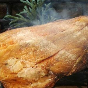 今朝の鮭も美味しく焼けましたばくだんむすびの具の中で、大きな存在感を放っています。ばくだんは三種の具・梅干し、昆布佃煮、そして焼き鮭がいっぺんに入っているおにぎりです(おかわり自由の昆布汁付520円)#蔵 #筏 #ikada #japan  #Tokyo #mitake #御岳 #御岳山 #mitakesan #御岳渓谷#御嶽駅 #奥多摩 #多摩川 #ブドウ山椒 #おにぎり #ツーリング #ロードバイク #アルパインクライミング #ジムニー #JA22  #武蔵御嶽神社 #御岳登山鉄道  #犬 #ペット可 #おにぎり