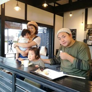 お隣の奥多摩町にお住まいのご家族です娘さんお二人の、天然のゆるふわカールが可愛いこと️お父さん&4歳の娘さんは、さりげなくペアルックですね🤗ご来店ありがとうございましたhttp://ikadamitake.com 営業時間11~17時(夏季)木曜定休(祭日は営業)#炭鳥 #蔵 #筏 #ikada #mitake #tokyo #御岳 #御岳山 #御岳山ロックガーデン #武蔵御嶽神社 #多摩川 #御岳渓谷 #ランチ #奥多摩フィッシングセンター #奥多摩 #ブドウ山椒 #おにぎり #味玉 #バイク #ロードバイク #カヌー #カヤック #リバーSUP #ラフティング #デッドエンド #ジムニー #ペット可