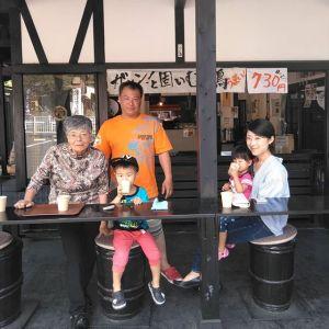 本日最初のお客様、青梅市内からお越しのご家族ですテイクアウトでのご注文で、出来上がりをお待ち頂いているところです🥚 向かって左はしの方は、奥様のお祖母様で、奥多摩町にあるお祖母様のおうちへ行かれる途中、お立ち寄り下さいました🤗ご来店ありがとうございましたhttp://ikadamitake.com営業時間11~17時(夏季)木曜定休(祭日は営業)※むかし鳥、ばくだんは数に限りがございます。1個からお取り置き致します♪Tel.0428-85-8726#炭鳥 #蔵 #筏 #ikada #むかし鳥 #炭鳥ikada #mitake #tokyo #御岳 #御岳山 #御岳山ロックガーデン #武蔵御嶽神社 #多摩川 #御岳渓谷 #御岳ランチ #奥多摩フィッシングセンター #奥多摩 #日原鍾乳洞 #味玉 #バイク #ロードバイク #カヌー #カヤック #リバーSUP #ラフティング #デッドエンド #ペット可