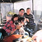 埼玉県にお住まいの @momimomi3872 さんご一家が、ワンちゃん達と一緒にお越し下さいました2匹とも #パグ で、向かって左から…テツくん5歳♂(#フォーン)&ナコちゃん2歳♀(ブラック)ですテツくんとナコちゃんの為に、ワンちゃんも食べられる味なしむかし鳥もご注文頂きました🤗picをよく見ると、2匹とも目線はむかし鳥で可愛いですねご来店ありがとうございましたhttp://ikadamitake.com営業時間・1月〜  3月 11〜16時  4月〜12月 11〜17時金曜定休(祭日は営業)※むかし鳥、ばくだんは数に限りがございます。1個からお取り置き致します♪Tel.0428-85-8726#むかし鳥 #炭鳥ikada #ばくだん #mitake #tokyo #御岳 #御嶽駅 #御岳山 #御岳山ロックガーデン #武蔵御嶽神社 #御岳神社 #多摩川 #御岳渓谷 #東京アドベンチャーライン #御岳ランチ #奥多摩フィッシングセンター #奥多摩 #日原鍾乳洞 #okutama #バイク #ロードバイク #カヌー #カヤック #riversup  #デッドエンド #ペット可