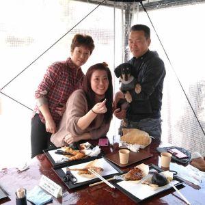 """神奈川県からお越しのご家族です#奥多摩ドライブ の途中でお立ち寄り下さいました一緒に来てくれたワンちゃんは…#ミニチュアダックス の""""まめくん""""8歳♂(ブラックタン)です""""ワンちゃんも食べられる味なしむかし鳥""""をご注文頂きましたが、まめくんはとても気に入って食べてくれた様で嬉しかったです🤗ご来店ありがとうございましたhttp://ikadamitake.com営業時間・1月〜  3月 11〜16時4月〜12月 11〜17時金曜定休(祭日は営業)※むかし鳥、ばくだんは数に限りがございます。1個からお取り置き致します♪Tel.0428-85-8726#むかし鳥 #体験型 #炭鳥ikada #ばくだん #mitake #御岳 #御嶽駅 #御岳山 #御岳山ロックガーデン #武蔵御嶽神社 #御岳神社 #御岳渓谷 #東京アドベンチャーライン #御岳ランチ #奥多摩フィッシングセンター #奥多摩 #日原鍾乳洞 #青梅線五日市線の旅 #イマタマ #imatamagourmet #okutama #バイク #ロードバイク #カヌー #カヤック #riversup #ペット可 #ブラックタンダックス"""