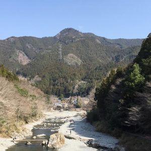 (今回は長編です)先週の定休日・2019年3月22日(金)に、店主が惣岳山山頂にある青渭神社・奥宮へ行って来ました。以前から店主は惣岳山へ行きたかった様ですが、なかなか実現しませんでした。今回巫女さんとのご縁があり、地元の山に詳しい方にガイドをお願いし、巫女さん2名を始めとした総勢7名での山行が実現しました。惣岳山(756m)は、高水三山のうちの一つで、気軽に縦走出来る人気の山域にあります。通常は、JR軍畑駅から高水山→岩茸石山→惣岳山→JR御嶽駅と約10kmのコースを歩く人が多いのですが、今回は惣岳山山頂にある青渭(あおい)神社へ参拝に行くのが目的だったので、3月8日にpostした沢井にある青渭神社・里宮から出発する、片道約1時間で行けるコースを往復しました。1枚目は、炭鳥ikadaから徒歩5分のところにある、多摩川に架かる神路橋からの景色。上流を眺めると、正面に見えるのが惣岳山です。2枚目〜4枚目、木立のなかをひたすら登って行きます。5枚目、市子(いちこ)の墓。市子というのは、巫女さんの古い呼び方です。ここには三人の市子が眠っています。6枚目、山頂下にある真名井の霊泉。巫女さんが祝詞をあげて下さいました。7枚目、青渭神社の装飾。8枚目、青渭神社ではばくだんおにぎりと、そして巫女さんがご用意下さった澤乃井の清酒をお供えした後、祝詞をあげて下さいました。惣岳山は、周囲の山々を総監する山だそうです。その山頂にある青渭神社は大変古い神社です。お社は、過去に心ない人がいたずら書きをしたり焚き火をしたりした為、今では周りをフェンスで囲ってありますが、仕方のない事と思えます。現在のお社は江戸時代に建て直したものだそうです。7枚目のお社の装飾が、いつまでも素晴らしいまま残って欲しいと思いました。皆さんも、機会があったら惣岳山に是非登ってみて下さいませ♪http://ikadamitake.com営業時間・1月〜  3月 11〜16時4月〜12月 11〜17時金曜定休(祭日は営業)※むかし鳥、ばくだんは数に限りがございます。1個からお取り置き致します♪Tel.0428-85-8726#むかし鳥 #体験型 #炭鳥ikada #ばくだん #mitake #御岳 #御嶽駅 #御岳山 #御岳山ロックガーデン #武蔵御嶽神社 #御岳神社 #御岳渓谷 #東京アドベンチャーライン #御岳ランチ #奥多摩フィッシングセンター #奥多摩 #青梅線五日市線の旅 #バイク #ロードバイク #カヌー #カヤック #riversup  #デッドエンド #ペット可 #青渭神社 #惣岳山 #高水三山 #パワースポット #磐座