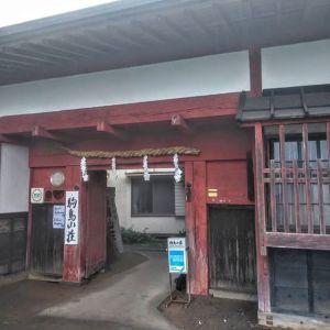 """《3の3》(更に続き)1枚目・宿坊 #駒鳥山荘 さんです。(http://www.komadori.com/)ご主人である御師(神主)さんは、炭鳥ikadaの地鎮祭や炭炉の火入れ式をして下さった方です。個人的には、10年前に初めて宿泊してからのお付き合いですご主人&女将さん共に、海外からのお客様に英語でも応対されていて、外国人のお客様も沢山いらしています♪この日も外国人のお客様たちが連泊なさっていました2〜3枚目 宿坊&茶処の #東馬場 さんです。 若女将の @higashibaba_mitakesan さんとは最近インスタで繋がりました若女将さんは英語が堪能で、インスタのキャプションも日本語の文と英訳文の両方が書かれています🤗そして、大女将さんとはお友達になってから今年でちょうど10年で、数年ぶりの再会で話が弾みました東馬場さんは立派な茅葺屋根の""""馬場家御師住宅""""といって #東京都指定有形文化財 です。最近茅葺屋根を葺き替え修復されて、それをきっかけに、20年ぶりにお茶処を再開なさいました3枚目は、新メニューのタピオカ抹茶ミルクとアイスクリームのセットシリアルがけのアイスクリームには、神様に清めて頂いた""""清め塩""""をパラパラと振りかけて食べるのですが、塩バニラになってちょうど良い味でしたタピオカ抹茶ミルクもアイスも、滋味という感じで、とっても美味しかったです4枚目は、御岳山ケーブルカー。御岳山駅と滝本駅を6分で繋ぎます⛰️下りは西東京バス""""御岳駅行き""""と連動していますバスの時刻表を確かめて""""ケーブル下""""バス停に向かいました今回は人々にお会いする為に行ったので、神社にも登山道にも行きませんでしたが、とても楽しい一日となりました暖かく迎えて下さった皆様に感謝です️御岳山は、晴れても雨でもそれぞれ趣きがあっていつも楽しいところです⛰️再び、近いうちに行きたいと思いました🤗http://ikadamitake.com営業時間・4月〜12月 11〜17時1月〜3月 11〜16時金曜定休(祭日は営業)※むかし鳥、ばくだんは数に限りがございます。1個からお取り置き致します♪Tel.0428-85-8726#むかし鳥 #体験型 #炭鳥ikada #ばくだん #mitake #御岳 #御嶽駅 #御岳山 #御岳山ロックガーデン #武蔵御嶽神社 #御岳神社 #御岳渓谷 #御岳ランチ #奥多摩 #バイク #ロードバイク #カヌー #カヤック #ラフティング #riversup #御岳ボルダー #ペット可 #霧の御岳山 #御岳登山鉄道"""