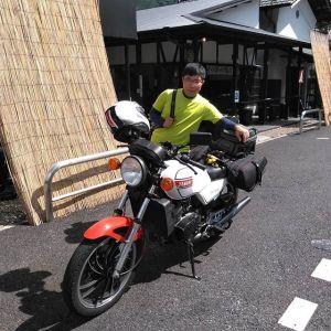 静岡県浜松市からお越しの、バイク乗りのお客様です🏍️奥多摩の奥、丹波山村にある #かめやグリーンリバーバンガロー に行かれる途中に、テイクアウトでむかし鳥を複数お買い上げ下さいました なんでも、焚き火で焼けるものを皆で持ち寄るのだそうです愛車は #yamaharz250 です。なんと40年近く前に発売されたバイクで、純正部品にこだわってノーマル仕様なのだとか🤗お帰りの際の後ろ姿が、バイクもかっこよかったです❣️ ご来店ありがとうございました🏍️http://ikadamitake.com営業時間・4月〜12月 11〜17時1月〜3月 11〜16時金曜定休(祭日は営業)※むかし鳥、ばくだんは数に限りがございます。1個からお取り置き致します♪Tel.0428-85-8726#むかし鳥 #体験型 #炭鳥ikada #ばくだん #mitake #御岳 御嶽駅 #御岳山 #御岳山ロックガーデン #武蔵御嶽神社 #御岳神社 #御岳渓谷 #御岳ランチ #奥多摩フィッシングセンター #奥多摩 #日原鍾乳洞 #奥多摩湖 #バイク #ロードバイク #サイクリング #カヌー #カヤック #ラフティング #riversup #御岳ボルダー #ペット可