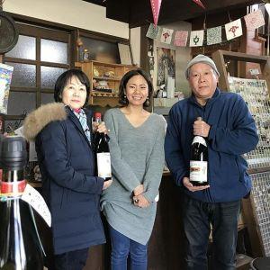 """昨日は店主たちが、山梨県勝沼のぶどう園 #甲進社 #大雅園 さん""""へ行って来ました  2017年度産の契約ワイン・甲州白が、残念ながら年内で完売した為、むかし鳥に合う新たなワインを買い付けて来ました♪pic真ん中の @katsunuma_daigaen さんは、かつて大学でも醸造学などを学ばれた、ワインのエキスパートですそんな彼女にもアドバイスを頂いて選んだ美味しいワイン…新年から炭鳥ikadaで販売するニューフェイスは、赤と白の二種類ですどうぞお楽しみに〜🤗※大好評の #ホンジョーピンクワイン も、ぜひ当店でお楽しみ下さいませhttp://ikadamitake.com営業時間・4月〜12月 11〜17時1月〜3月 11〜16時金曜定休(祭日は営業)Tel.0428-85-8726#むかし鳥 #体験型 #炭鳥ikada #ばくだん #mitake #御岳 #御嶽駅 #御岳山 #御岳山ロックガーデン #武蔵御嶽神社 #御岳渓谷 #御岳ランチ  #青梅ランチ #奥多摩フィッシングセンター #奥多摩 #奥多摩湖 #バイク #ロードバイク #サイクリング #カヌー #カヤック #ラフティング #riversup #御岳ボルダー #ペット可"""