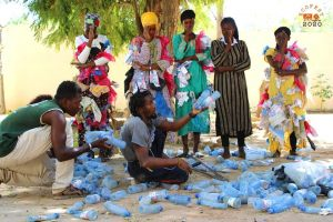 Restitution de l'atelier de recyclage avec la performance artistique de la compagnie BATALO EAST venue de l'Ouganda, en collaboration avec les jeunes de Ségou.