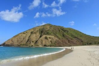 Pantai Mawun dengan bentangan pasir putih serta perbukitan