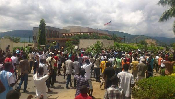 Les manifestants devant l'ambassade des USA à Bujumbura
