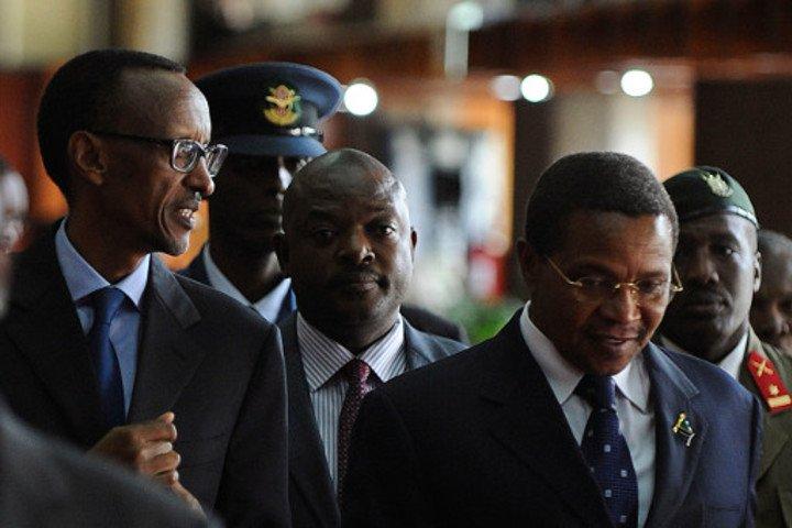Paul Kagame ari kumwe n'abo ari hafi kwivugana