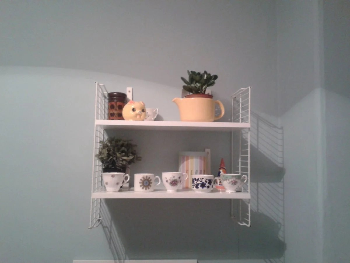 cool diy ikea retro string shelving hack ikea hackers. Black Bedroom Furniture Sets. Home Design Ideas