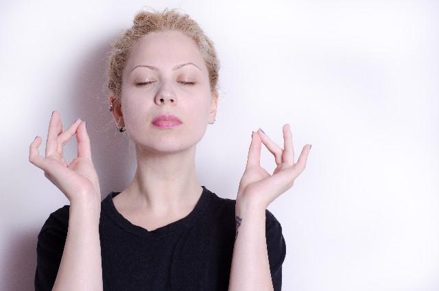 メディテーション(瞑想)する女性