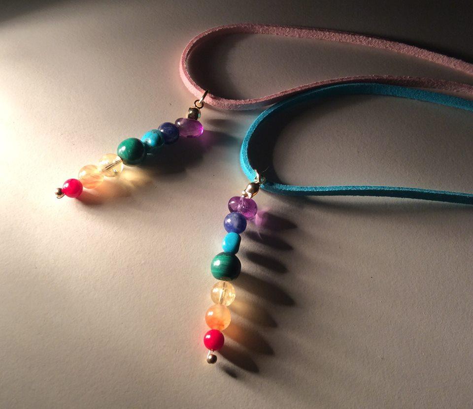 各種アクセサリー:全体的に上向く虹色(レインボー)のパワーストーン