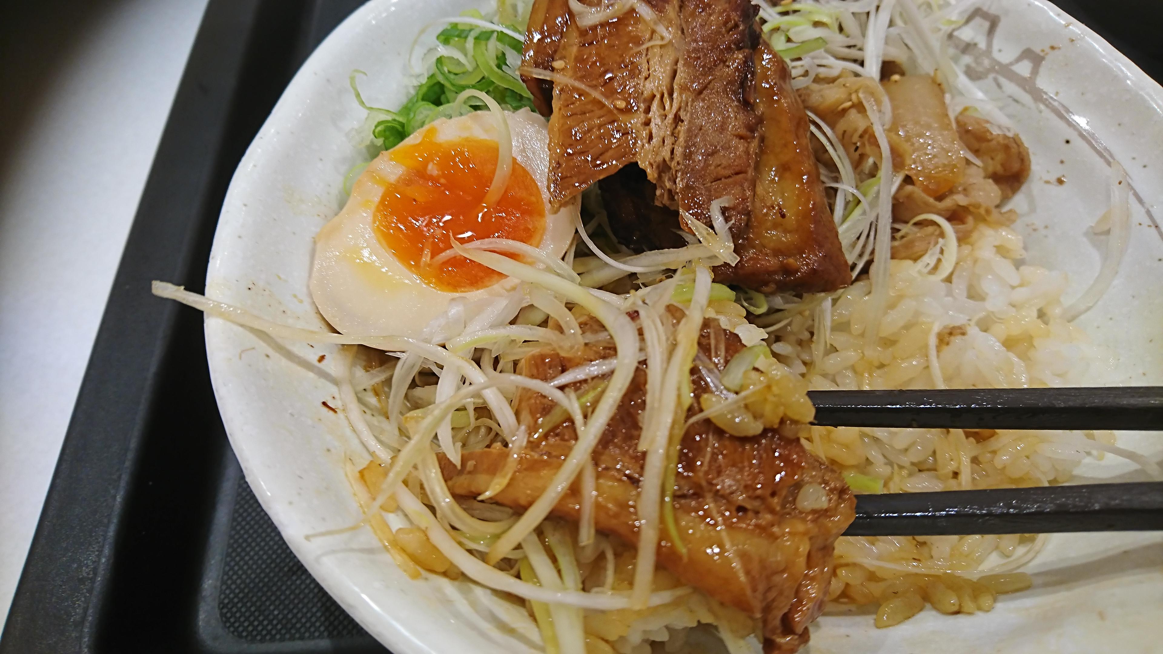 (写真:角煮を食べる)