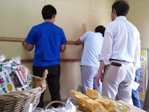 観光パンフ設置のために作業する商店街関係者