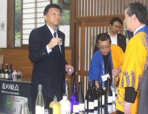 新藤大臣(壱岐の蔵酒造では17種類の試飲を行った)