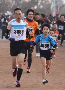 マラソン(小学4年と保護者で優勝した田中さん親子)