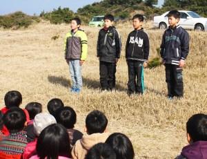 植樹(県知事賞獲得の報告を行った6年生)