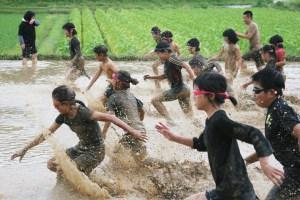 どろリンピック(泥の中を全力疾走)