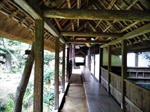 茅葺の回廊を行く