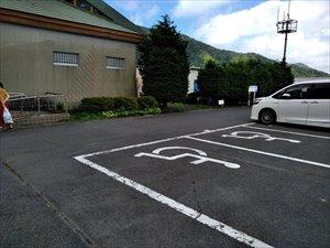 レストハウスの横に6台分の障害者駐車区画があります。