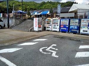 障害者用駐車区画は屋根無しで2台分