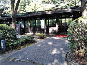 ホテル本館の脇にある日本庭園に繋がる歩道