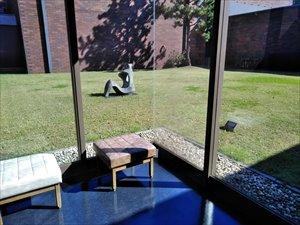 千葉県立美術館の敷地内には、触って鑑賞できる「野外彫刻
