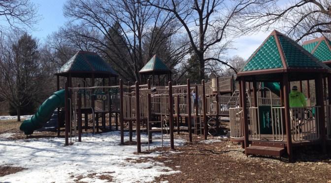 """遊具もたくさんあるインディアナポリスの林の中の公園「ホリデー公園」""""Holiday Park"""""""