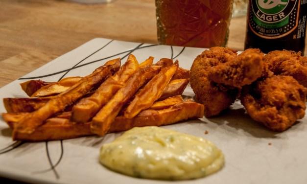 Chickennuggets med sötpotatispommes och kall bea