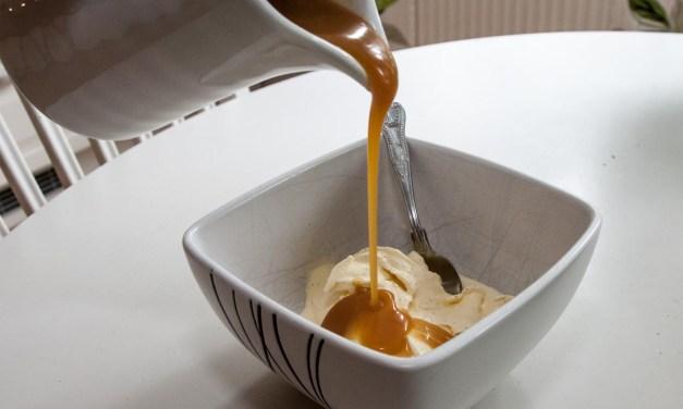 Vaniljglass med smörkolasås