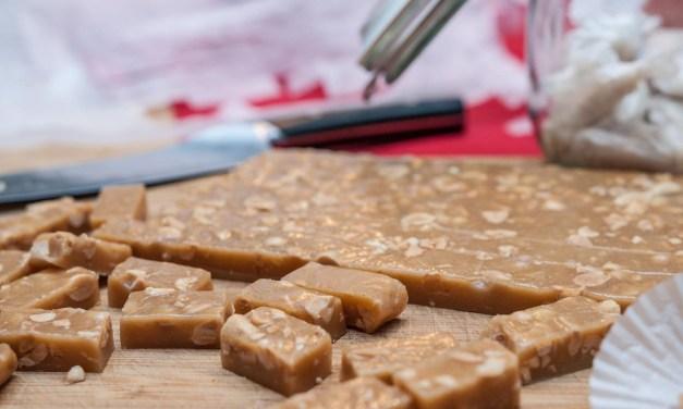 Brynt smörkola med salta jordnötter