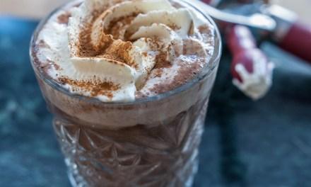 Varm choklad med vispgrädde och kakao