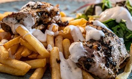 Kycklinglår med ramslökschimichurri och enkel vitlökssås