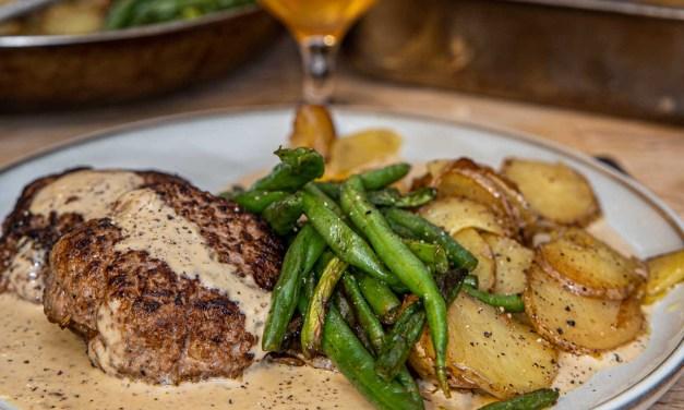 Hjortfärsbiffar med pepparsås och stekt potatis