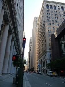 Rue pleine de buildding à gauche