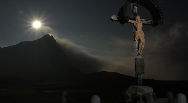 crucifix in donker
