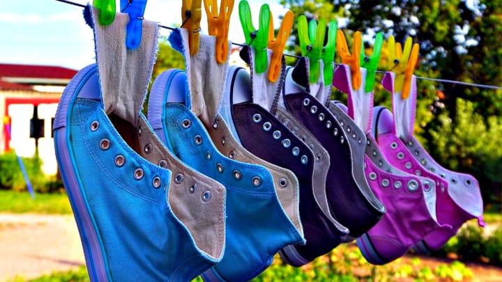 נעליים לאחר ניקוי, תלויות על חבל. איך לנקות נעליים.