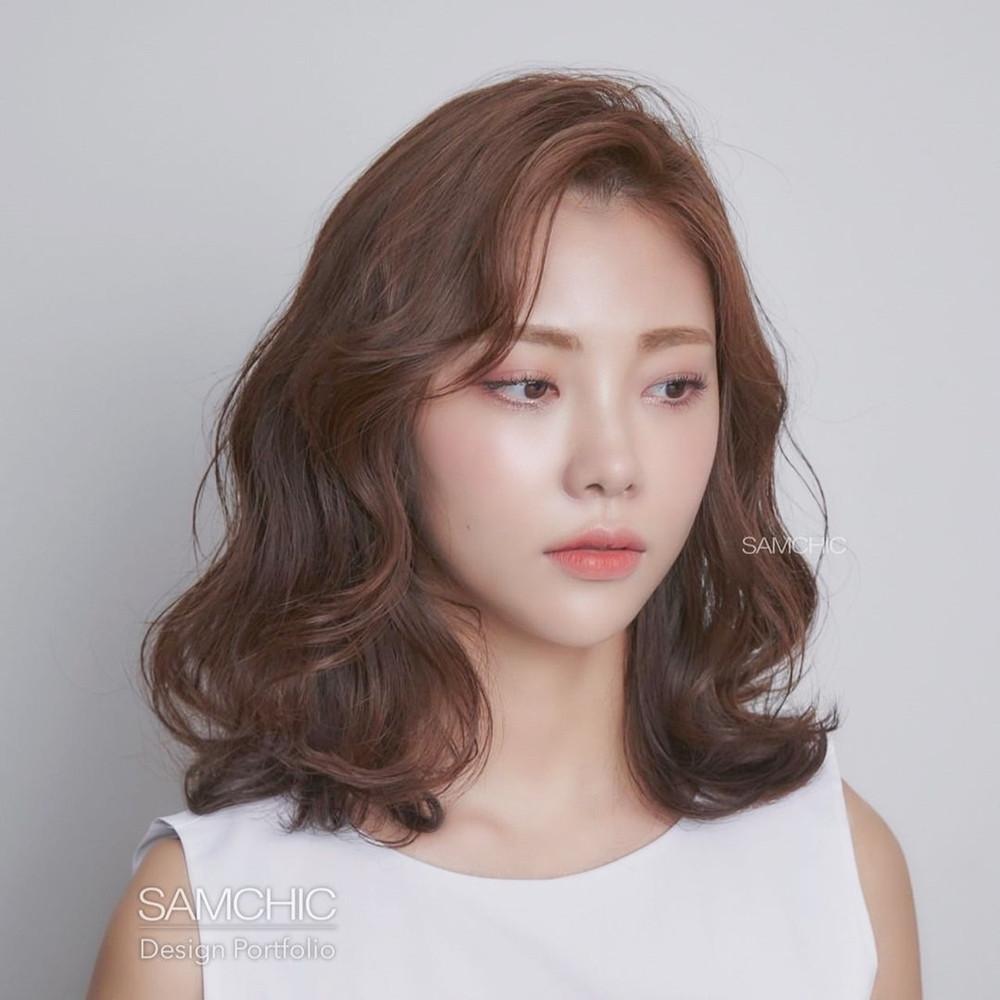 不做醫美也能變V臉!韓國髮型師6款「中長捲髮範本」推薦:拍照再也不用搶小臉位! 噪咖 EBCbuzz