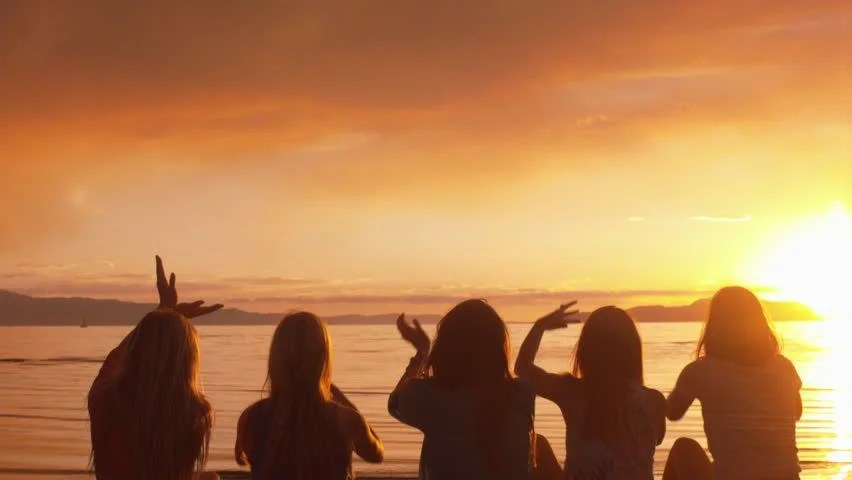 Group Of Beach Girls Wallpaper Group Of Five Girls Spell Out Love With Their Hands At