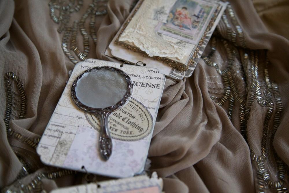 Espelho da Architextures Collection usado para compor adorno em estilo vitoriano