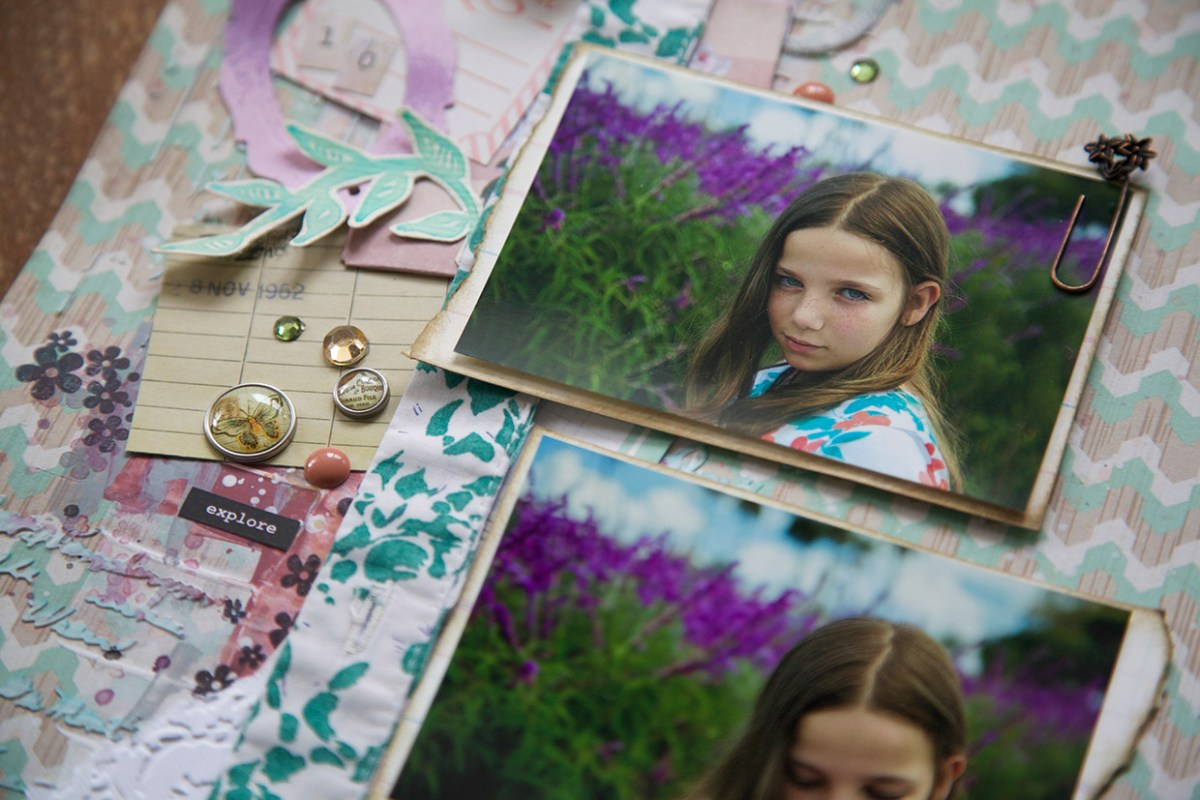 Pedaço de camisa rasgada, bailarinas e outros itens usados na criação de página de scrapbook