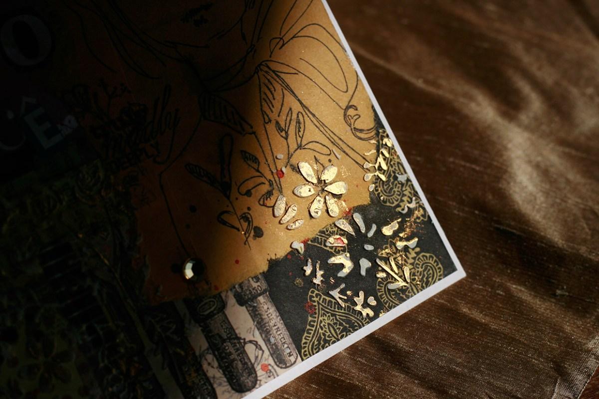 Detalhe feito com pasta de modelagem e pasta metálica dourada em cartão feito com papéis comuns