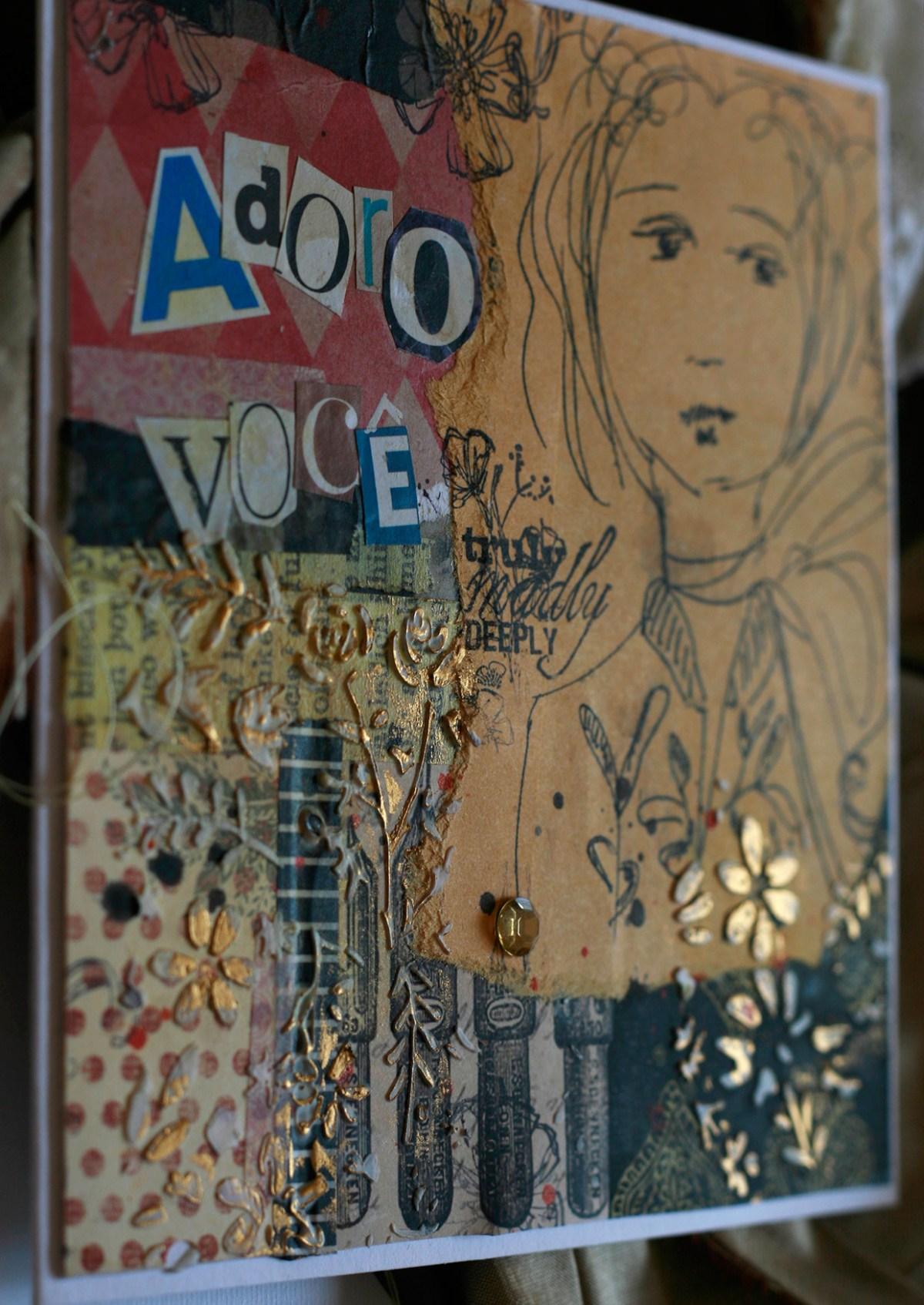 Detalhe feito com pasta de modelagem e pasta metálica dourada e letras recortadas de revistas, em cartão criado por ilapola, usando papéis comuns
